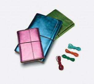 Louise Carmen Paris fait varier les cuirs et les élastiques de ses carnets rechargeables.