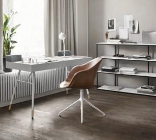 Un espace bureau fonctionnel et confortable avec la chaise pivotante Adélaïde en cuir. BoConcept
