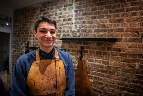 Adam Barahhou, apprenti coloriste sur cuir chez le Calcéophile