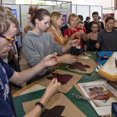 Les Portes du cuir 2018, atelier d'initiation avec les élèves de CAP Maroquinerie du Lycée Porte d'Aquitaine