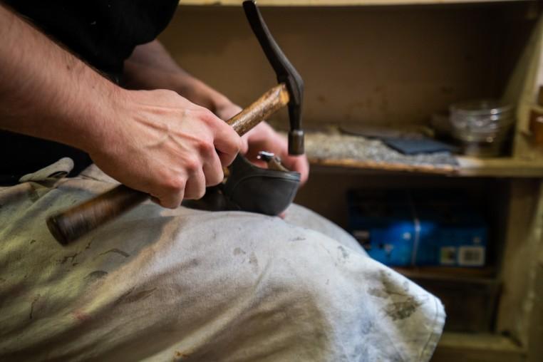 Les chaussures se réparent à l'atelier après chaque spectacle si besoin