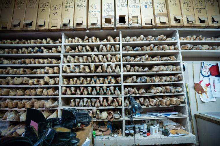 Les formes en bois sont archivées dans l'atelier