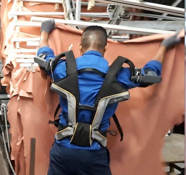 Soutien ergonomique pour l'accrochage des peaux