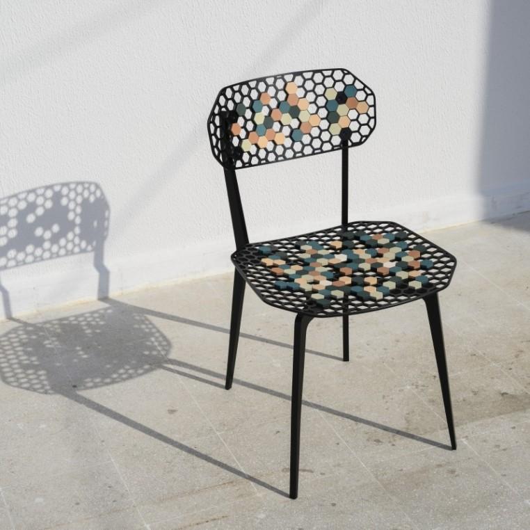 Les alvéoles de cuir personnalisent la chaise Bee de Georges Mohasseb. Edition galerie Gosserez