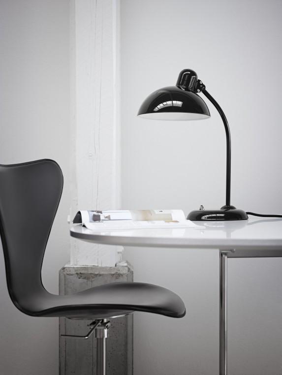La chaise en cuir et chrome d'Arne Jacobsen est éditée par Fritz Hansen et disponible chez Made in design