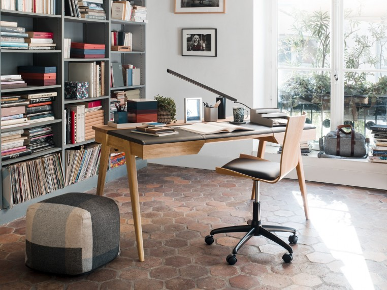 Chez Habitat, le bureau Beckett et la chaise Gandhi conjuguent deux matériaux nobles, le chêne et le cuir.