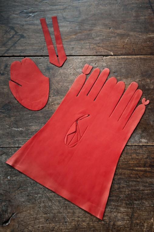 Découpe d'un gant.
