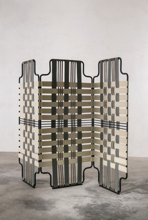 Le paravent Venier de Sebastian Herkner sépare l'espace avec raffinement. Ses bandes de cuir sont cousues au point sellier. La Manufacture