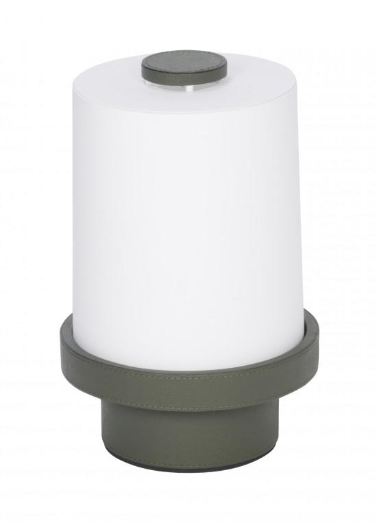 Une lumière douce réchauffée de cuir. Paraggi est une lampe à poser sculpturale inspirée par les phares de Ligurie