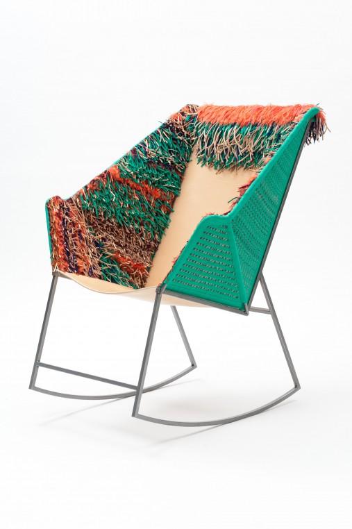 Gaÿa combine lanières de cuir et textile sur un fauteuil à bascule (2014)