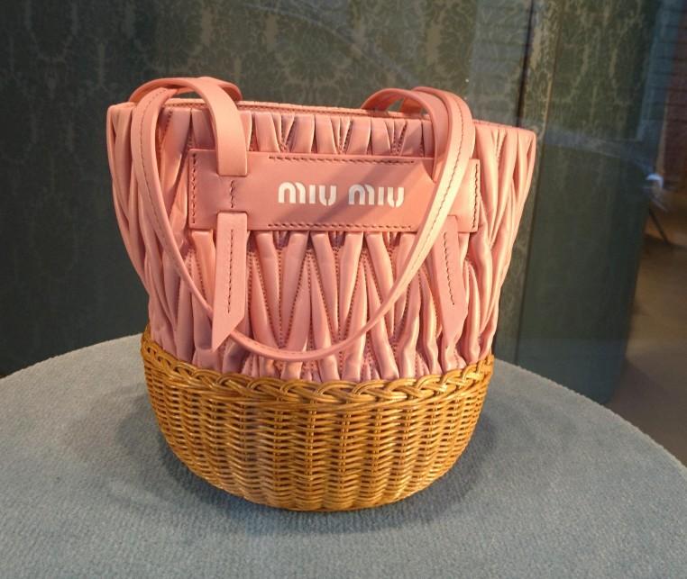 Sac seau Miu Miu en cuir et osier.