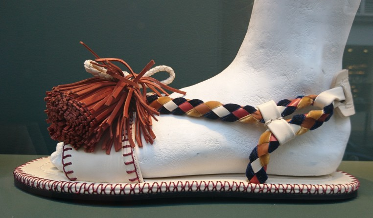 Sandale hybride d'inspiration africaine chez Carven.