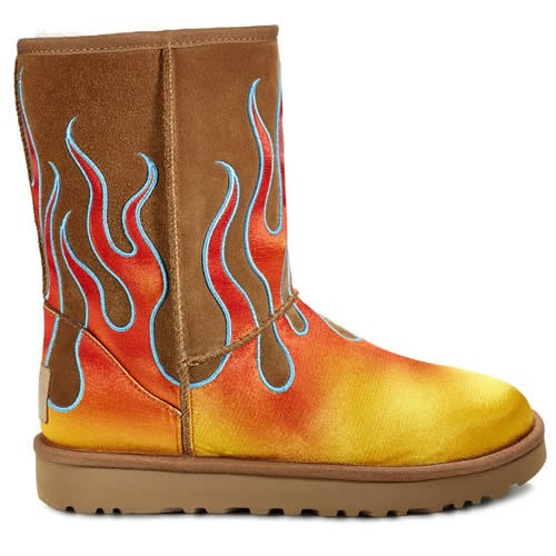 "Collaboration Ugg x Jeremy Scott, Collection ""Classic Short Flames""."