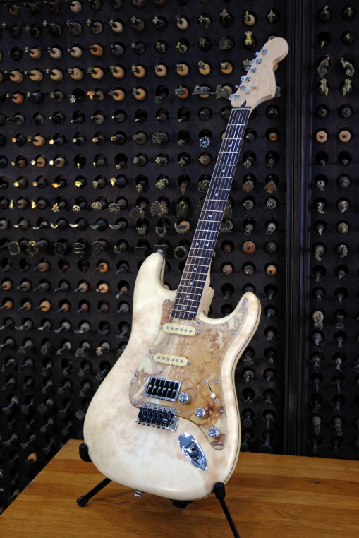 Guitare électrique gainée par David Rosenblum en parchemin français