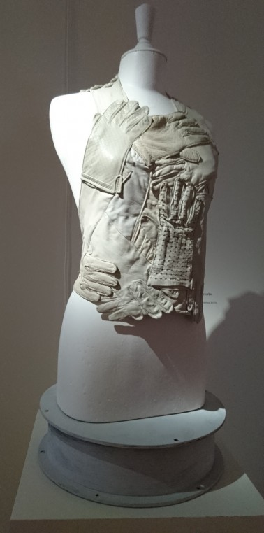 Plastron composé de gants en cuir en accumulations