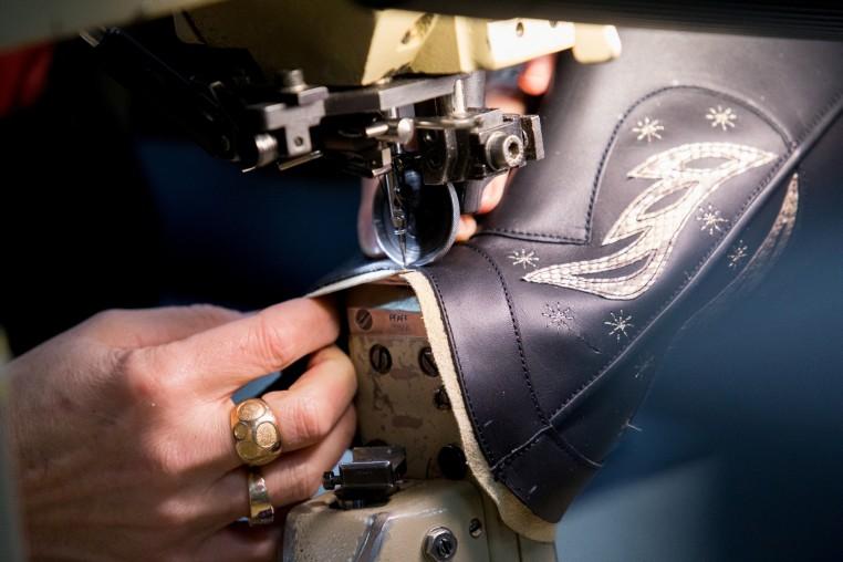 Chaque paire est fabriquée artisanalement, ici la couture de la tige.