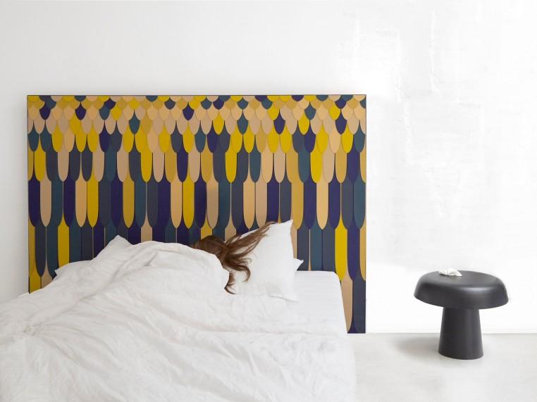 La première collaboration de Constance Guisset avec Cuir au Carré repousse les limites de la tête de lit.
