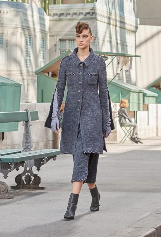 Longues mitaines et bottines en cuir accessoirisent le tailleur en tweed. Chanel Haute Couture Automne Hiver 2018-19