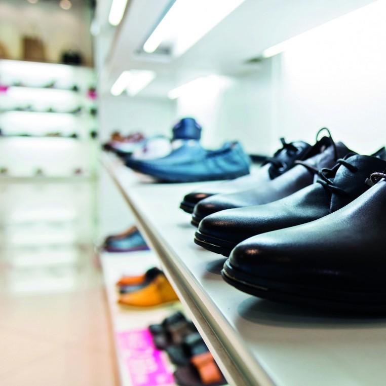 Les détaillants en chaussures jouent un rôle essentiel dans le commerce de centre-ville.