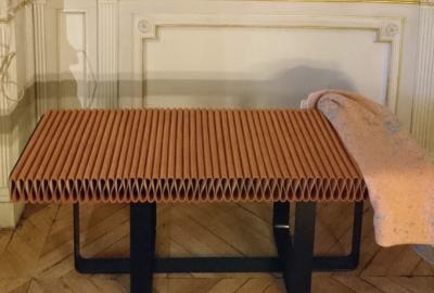 Banc en cuir plissé Endless Summer, design Elliott Barnes.
