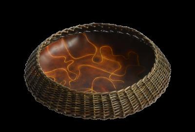 Coupe cratère en cuir teinté et osier brut.
