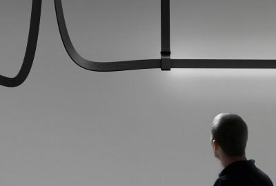 La ceinture en cuir inspire un luminaire dessiné par les Bouroullec