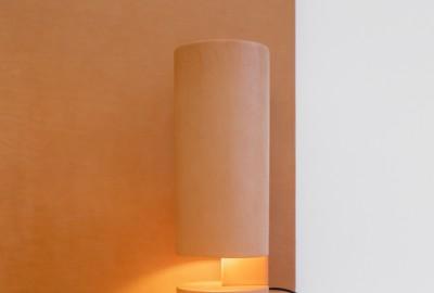 La lampe d'Isaac Reina et Bernard Dubois, toute en cuir naturel, est éditée par la galerie Maniera 21.