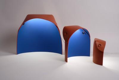 Le cuir tanné végétal donne un galbe naturel à la lampe Alcôve d'Archipel, disponible en trois tailles.