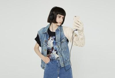 Un long gant glamour porte téléphone en cuir signé Sarah Lévy