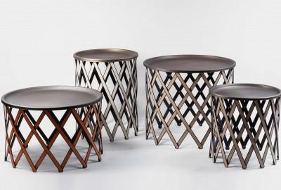 Un piètement original et malin en bois paré de cuir pour la table Safari de Pinetti.