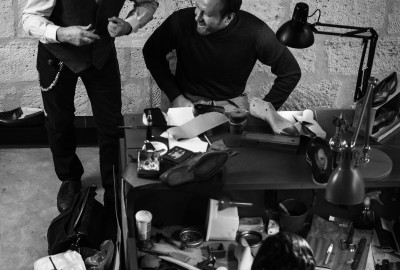 Philippe Atienza forme des artisans dans son atelier parisien.