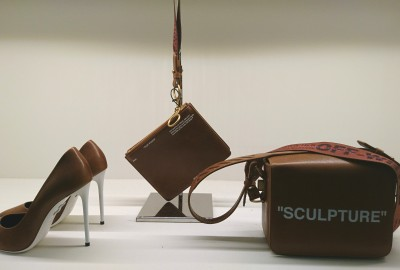 Off White - L'escarpin « For walking », le sac Sculpture minimal et la pochette zippée à dragonne